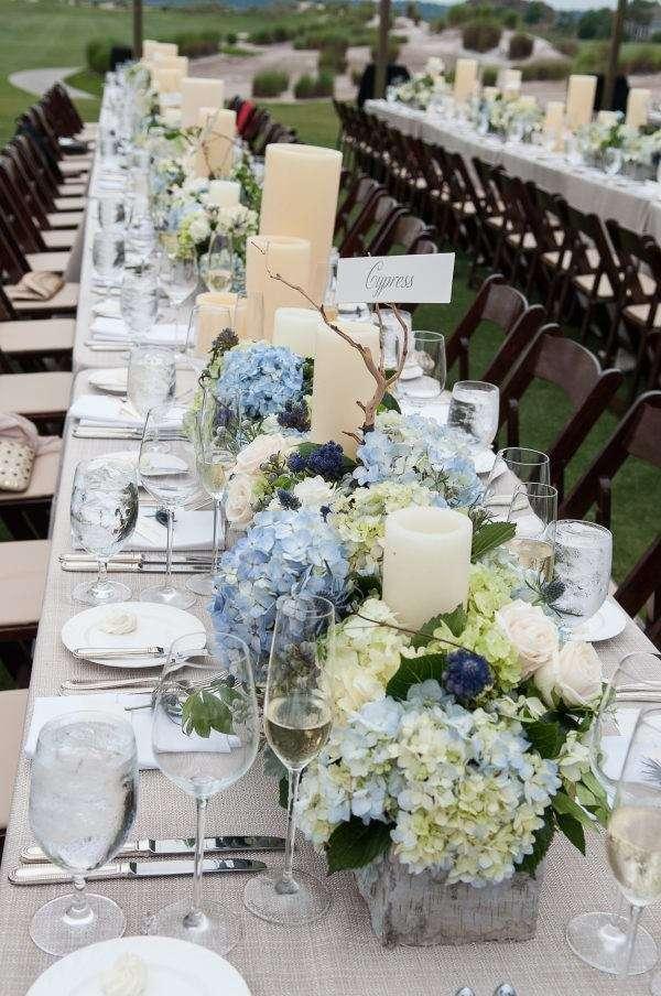Mavi-Beyaz Alçak Seviyede Çiçek Kullanılmış Masa Düzenlemesi