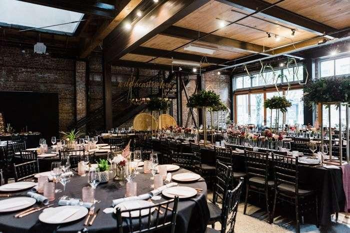 Kapalı Alanda Siyah Ağırlıklı Modern Düğün Dekorasyonu