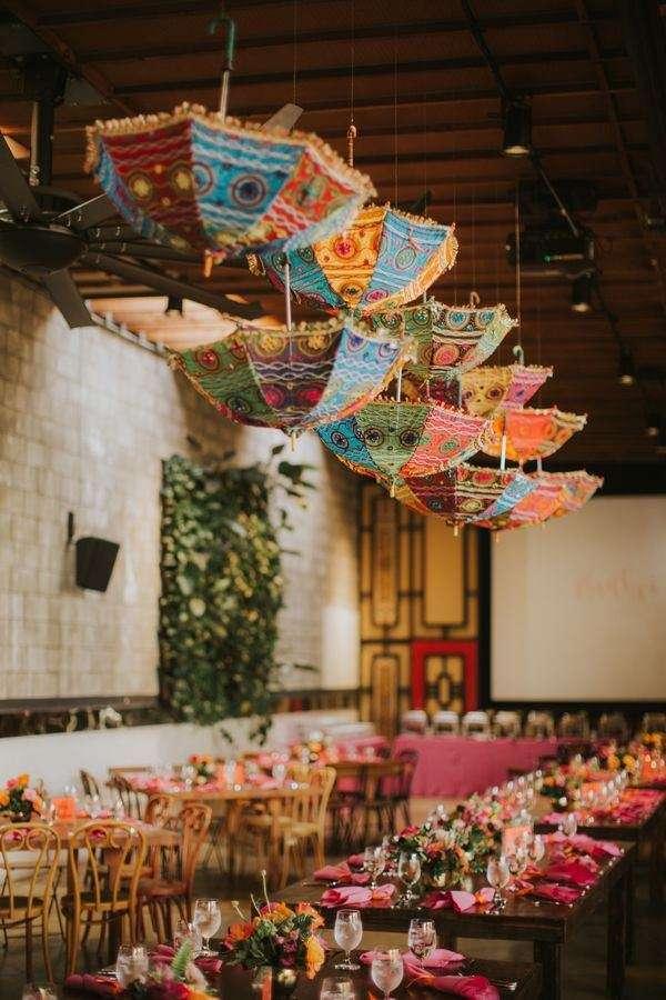 Kapalı Alanda Çok Renkli Bohem Düğün Dekorasyonu