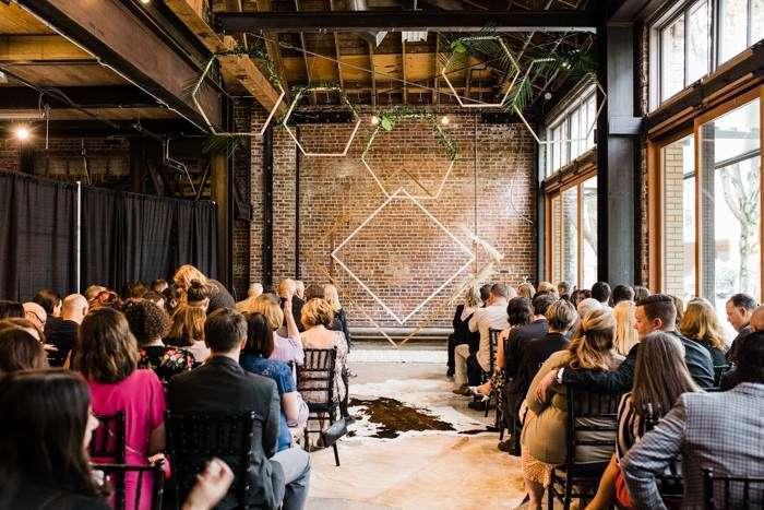 Kapalı Alanda Geometrik Detaylı Modern Düğün Dekorasyonu