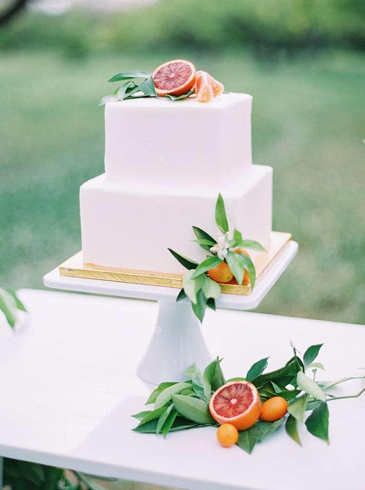 Kare Tabanlı Narenciye Süslemeli Beyaz Minimal Pasta
