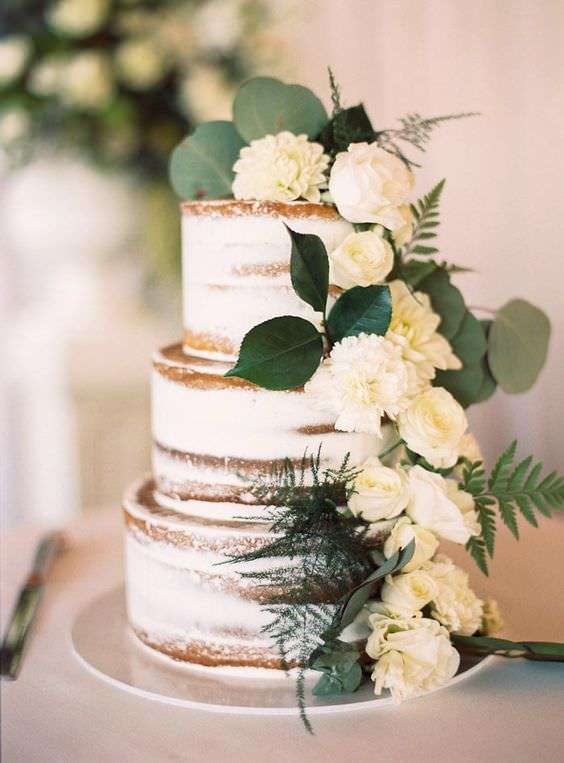 Beyaz Çiçek ve Yapraklarla Süslenmiş Naked Cake