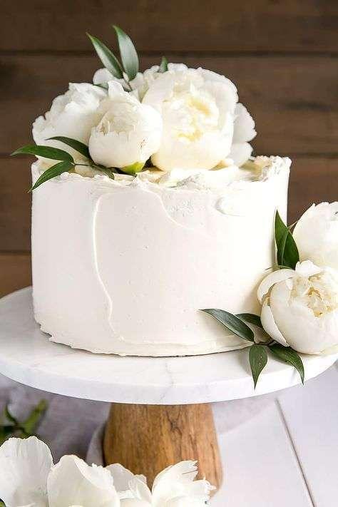 Beyaz Şakayıklarla Süslenmiş Minimal Beyaz Pasta