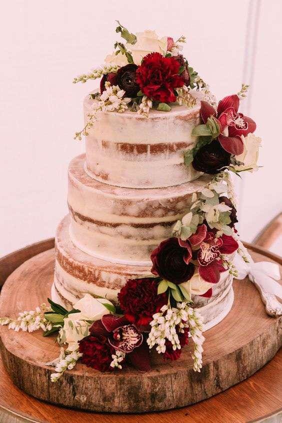 Kırmızı ve Beyaz Çiçeklerle Süslenmiş Naked Cake