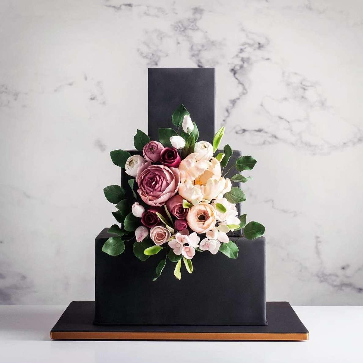 Canlı Çiçeklerle Süslenmiş Kare Katlı Pasta