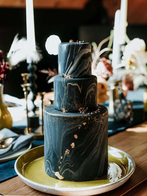 Altın Detaylı Dalgalı Siyah Pasta