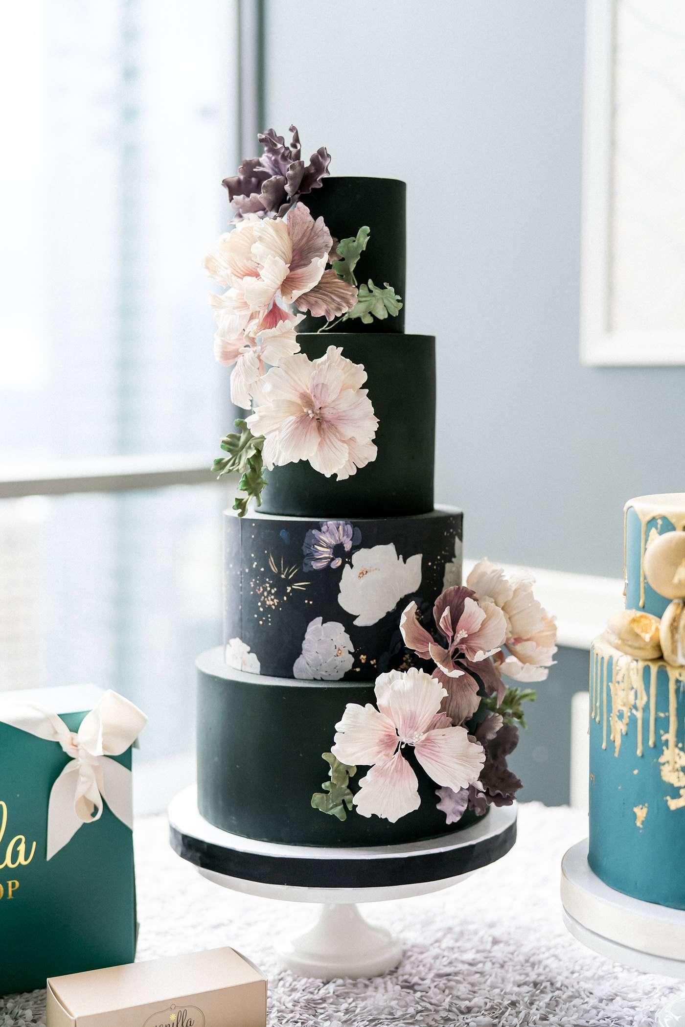 Pastel Renklerde Çiçek Detaylı Çok Katlı Siyah Pasta