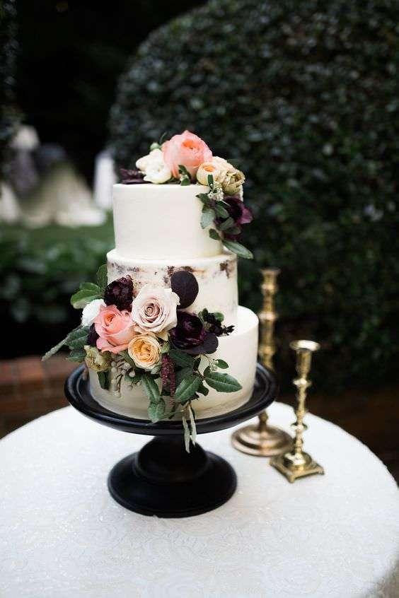 Koyu ve Açık Renk Güllerle Süslenmiş Bej Pasta