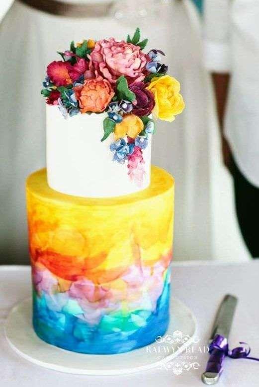 Renkli Suluboya ve Çiçeklerle Süslenmiş Pasta