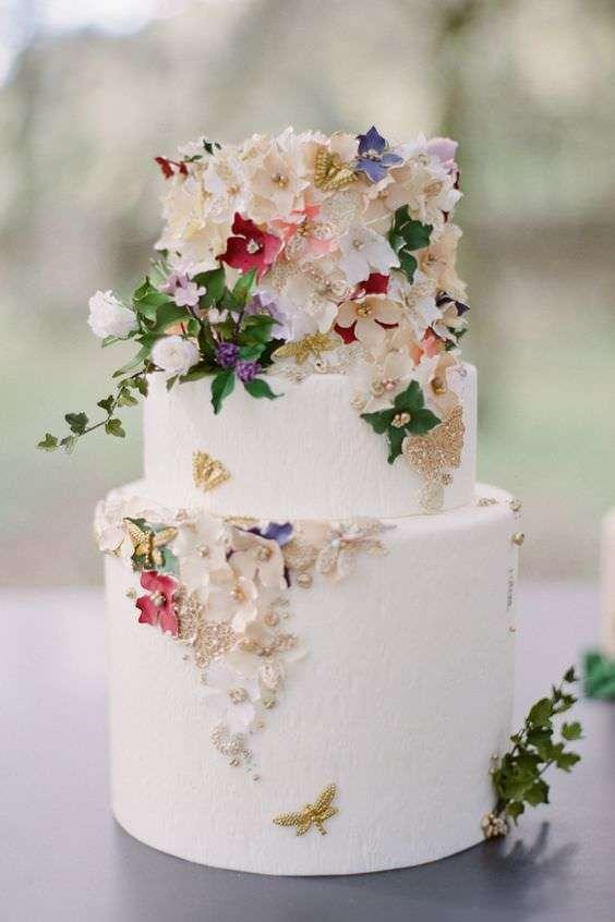 Kabartma Çiçek ve Kelebeklerle Süslenmiş Beyaz Pasta