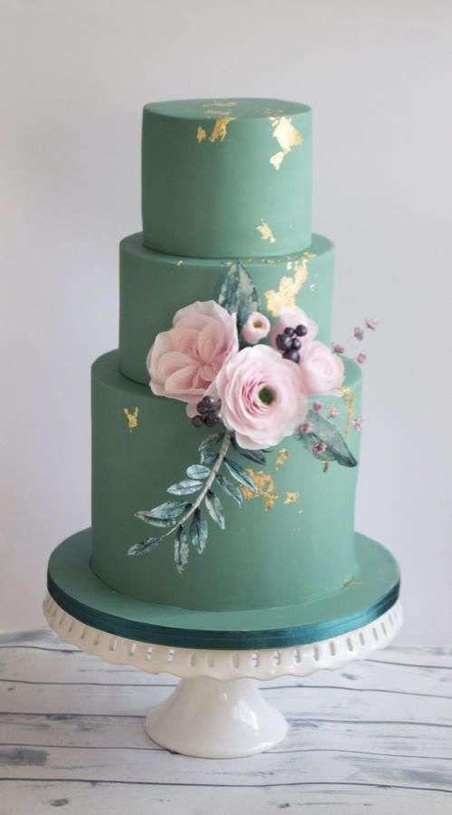 Pembe Çiçeklerle Süslenmiş Yeşil Pasta