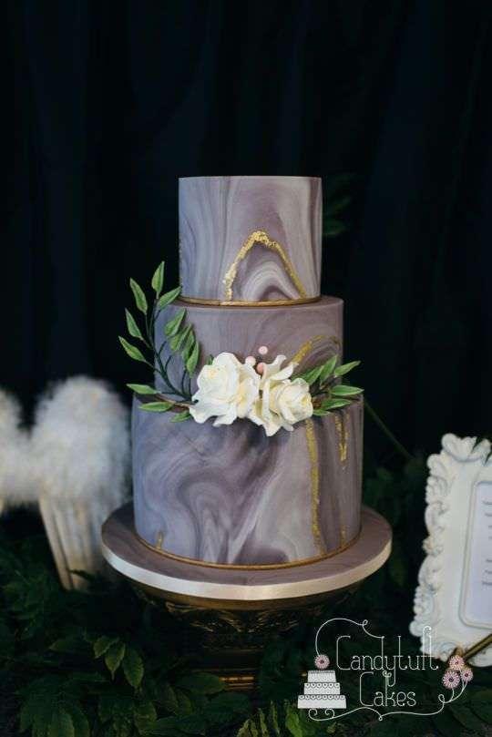 Beyaz Çiçeklerle Süslenmiş Koyu Mermer Desenli Pasta