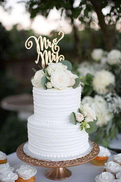 Beyaz Güllerle Süslenmiş Sade Pasta