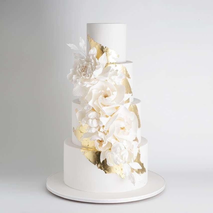 Beyaz Çiçek ve Altın Detaylı Modern Pasta