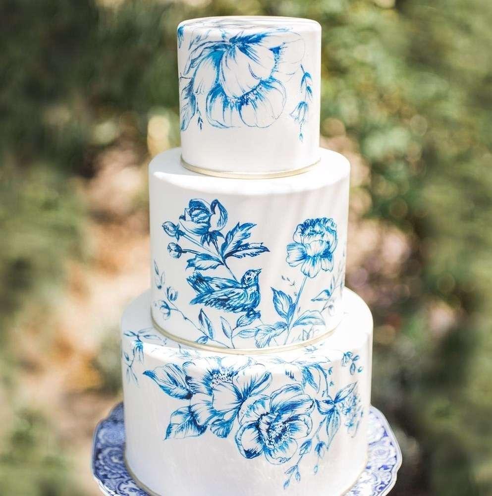 Mavi Çiçek Desenleriyle Süslenmiş Pasta