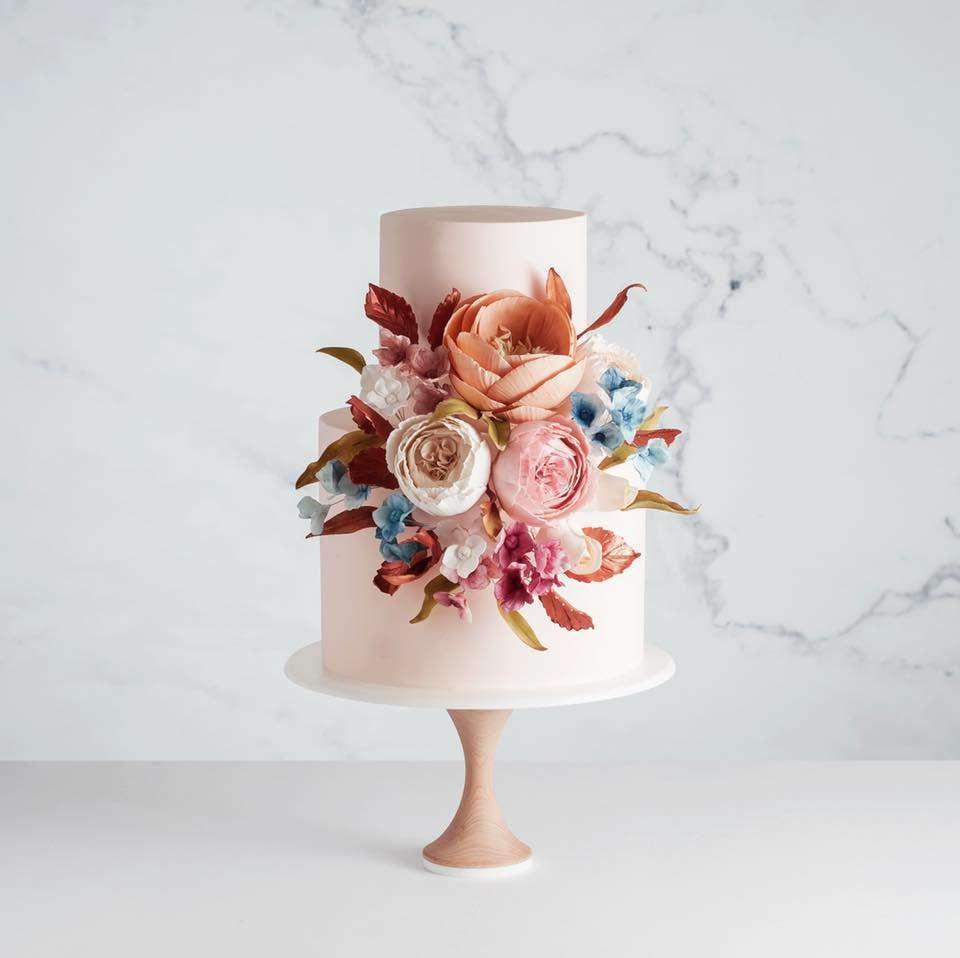 Somon Rengi Tonlarında Çiçeklerle Süslenmiş Pasta