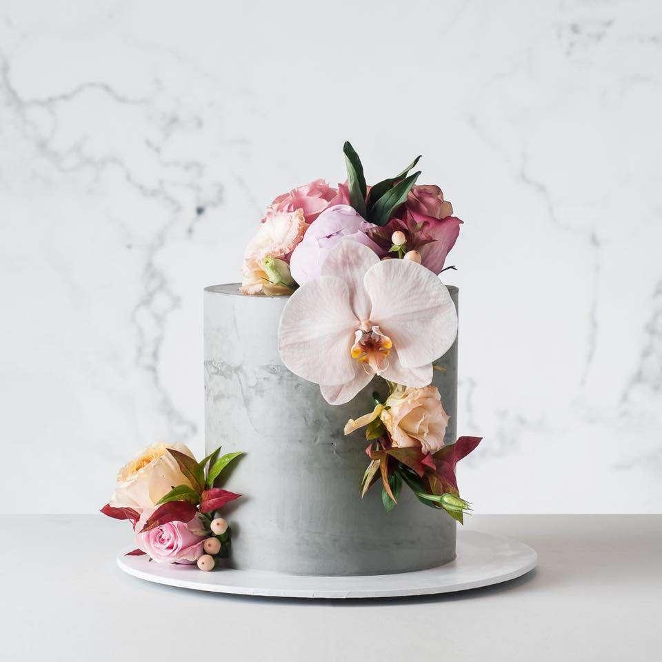 Orkide ve Güllerle Süslenmiş Beton Dokulu Pasta