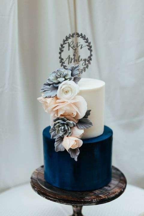 Sukulent ve Güllerle Süslenmiş Lacivert Beyaz Pasta
