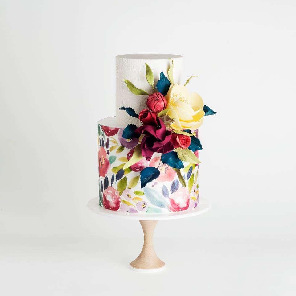 Suluboya ve Şeker Hamurundan Çiçeklerle Süslenmiş Pasta