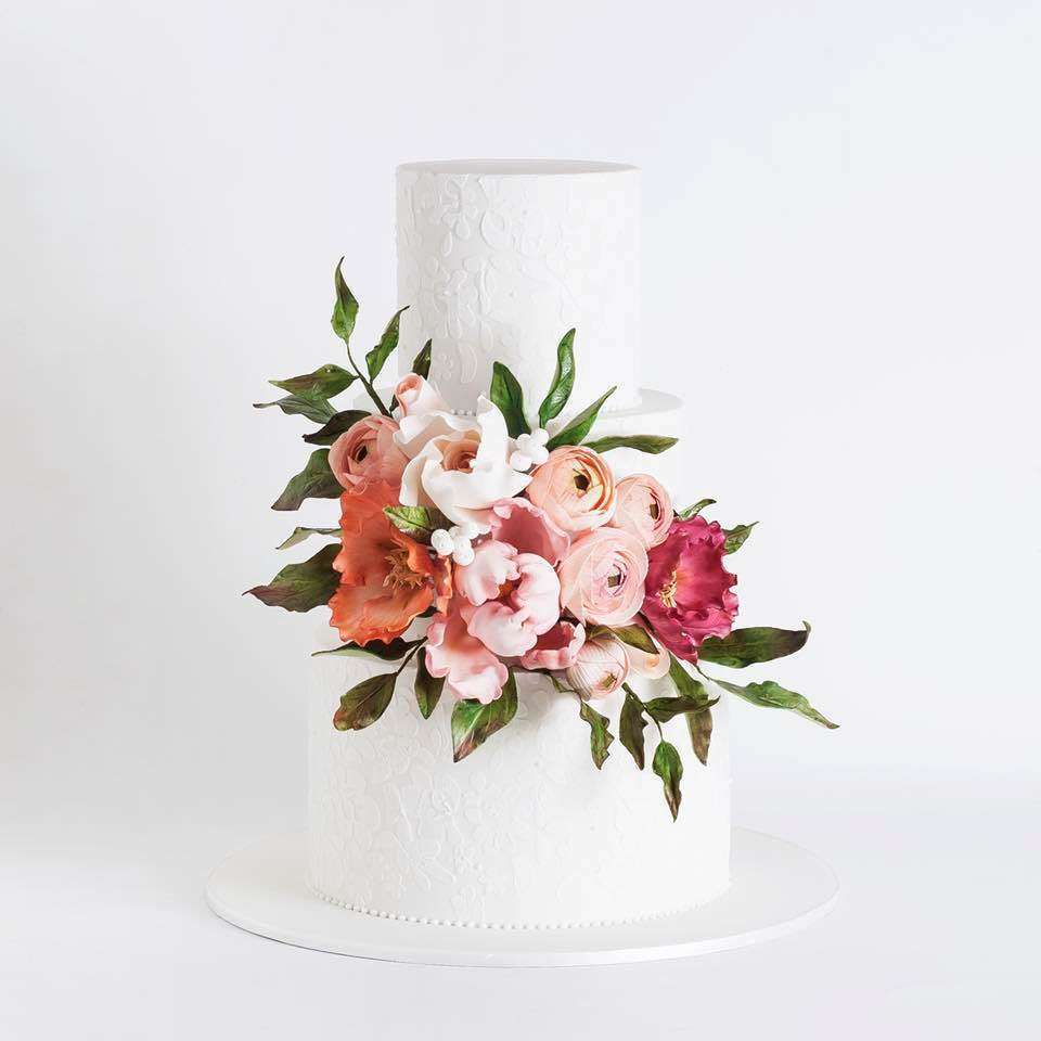Çiçeklerle Süslenmiş Üç Katlı Beyaz Pasta