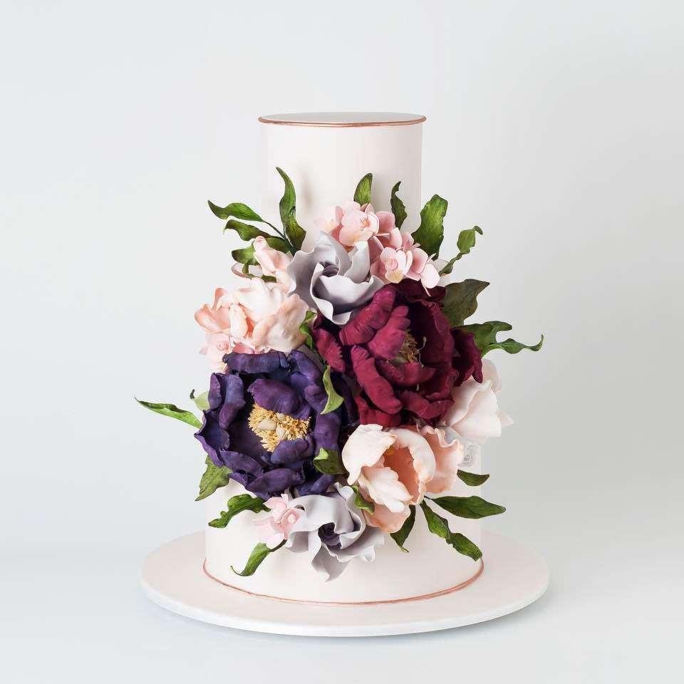 Soluk Renkli Büyük Çiçeklerle Süslenmiş Beyaz Pasta