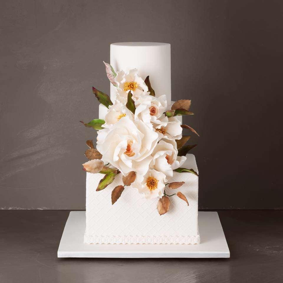 Beyaz Çiçeklerle Süslenmiş Üç Katlı Pasta