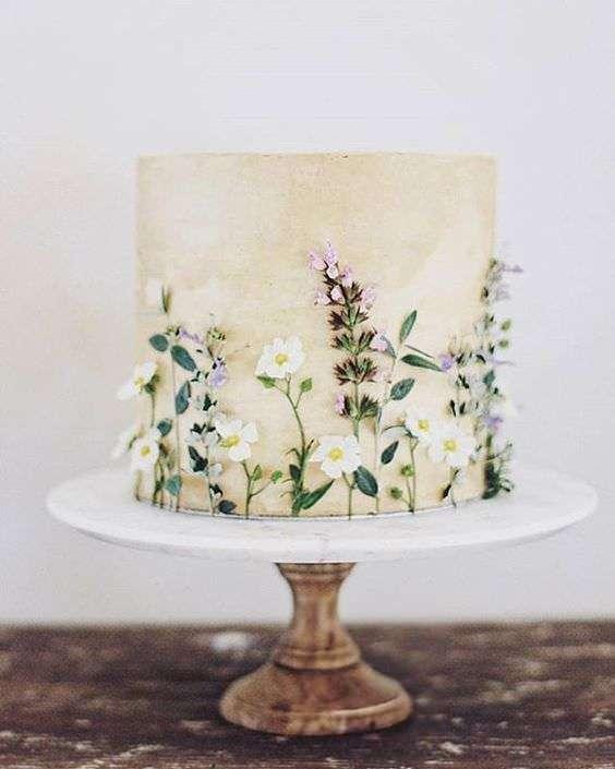 Papatyalar ve Yapraklarla Süslenmiş Sade Pasta