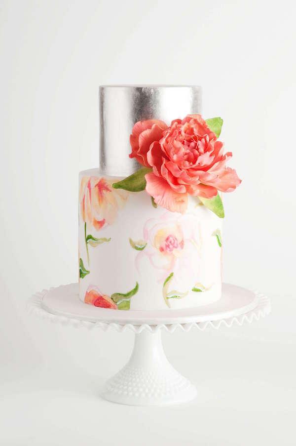Turuncu Çiçeklerle Süslenmiş Gümüş Detaylı Pasta