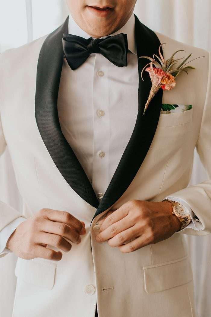 Tropik Mendil & Yaka Çiçeği Detaylı Siyah Yakalı Beyaz Smokin Damatlık