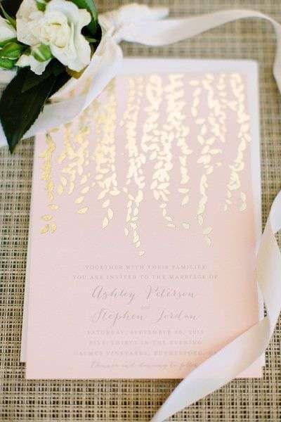 Pudra Pembesi Üzerine Altın Desenli Düğün Davetiyesi