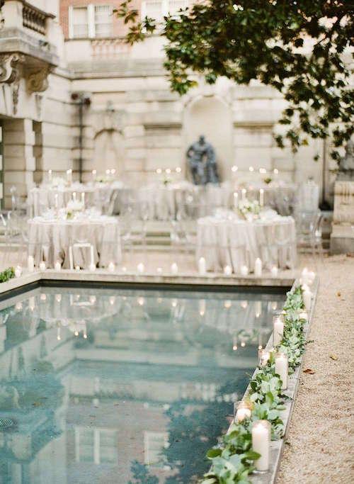 Mum ve Yaprak Detaylarıyla Süslenmiş Havuz Başı Düğün Dekorasyonu
