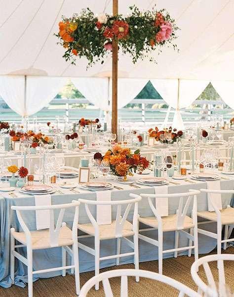 Pastel Mavi Ağırlıklı & Çadır Altında Kır Düğünü Dekorasyonu