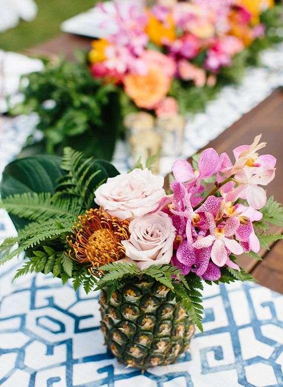 Ananasların İçerisine Yerleştirilmiş Çiçeklerle Tropik Dekorasyon