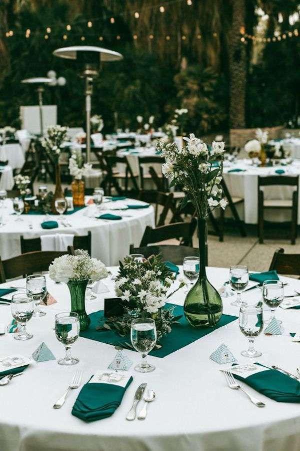 Petrol Mavisi Mendiller ve Beyaz Çiçeklerle Masa Süslemesi