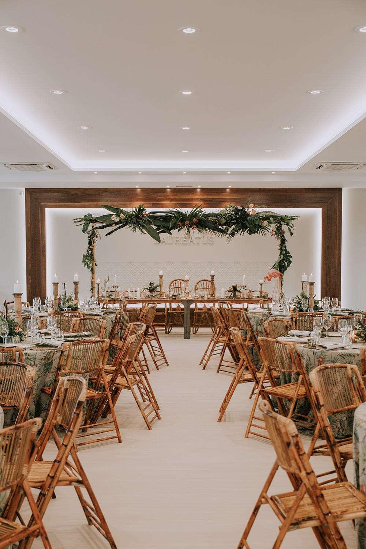 Kapalı Alanda Tropik Temalı Düğün Dekorasyonu