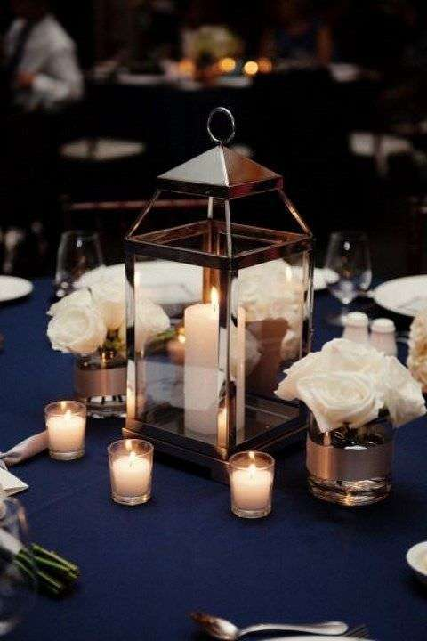Lacivert Örtülü Masa Üzerine Beyaz Gül ve Mumlardan Dekorasyon