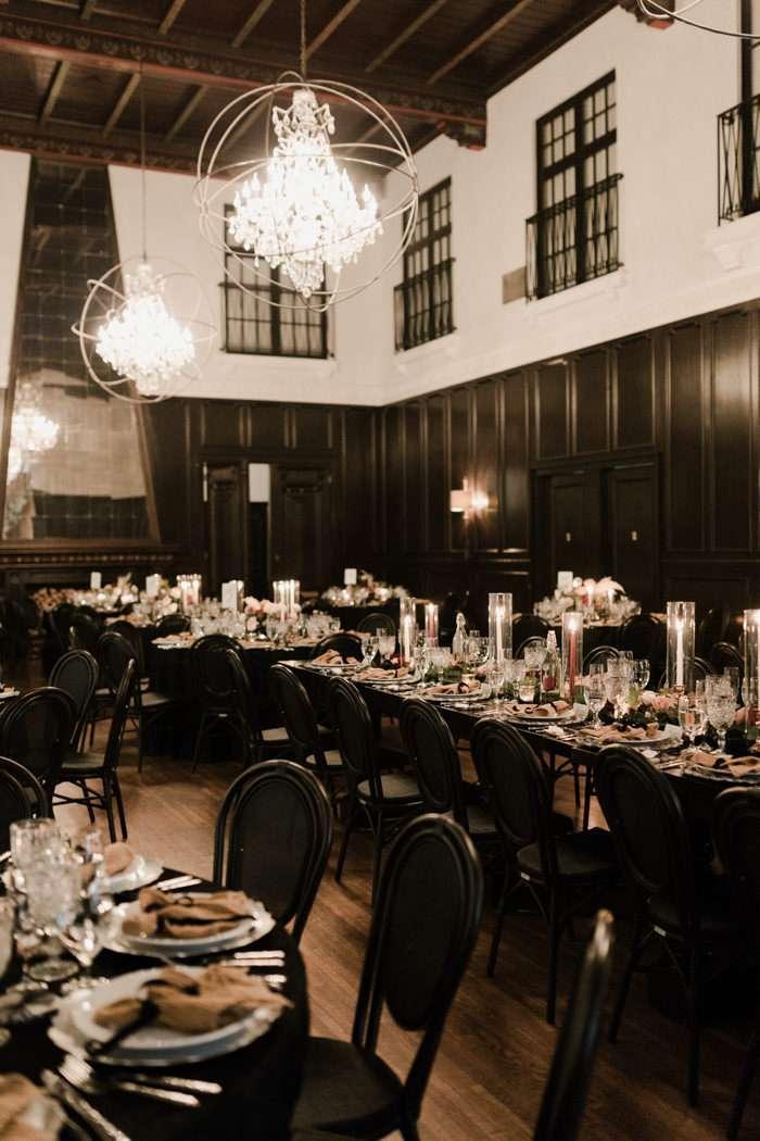 Kapalı Alanda Siyah-Beyaz Klasik Düğün Dekorasyonu