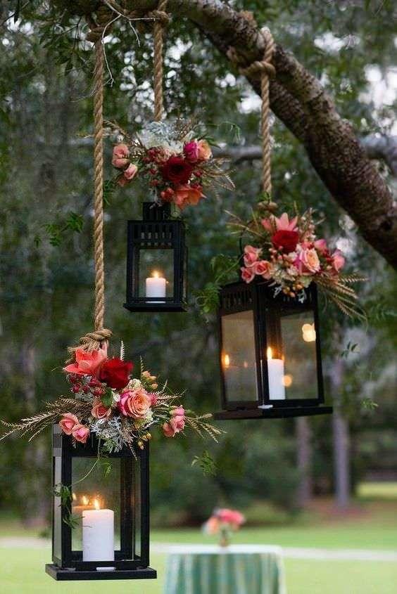 Güllerle Süslenmiş Sarkan Dekoratif Fenerler