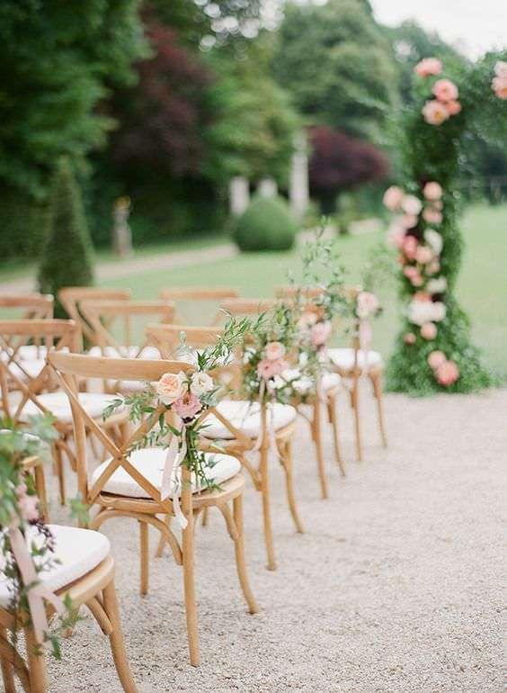Güllerle Nikah Sandalyeleri Süslemesi