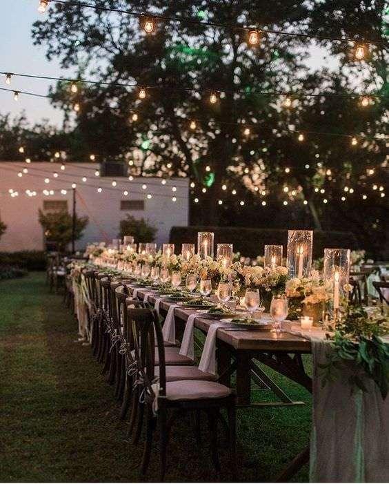 Kısa Çiçekler ve Mumlarla Süslenmiş Romantik Masa