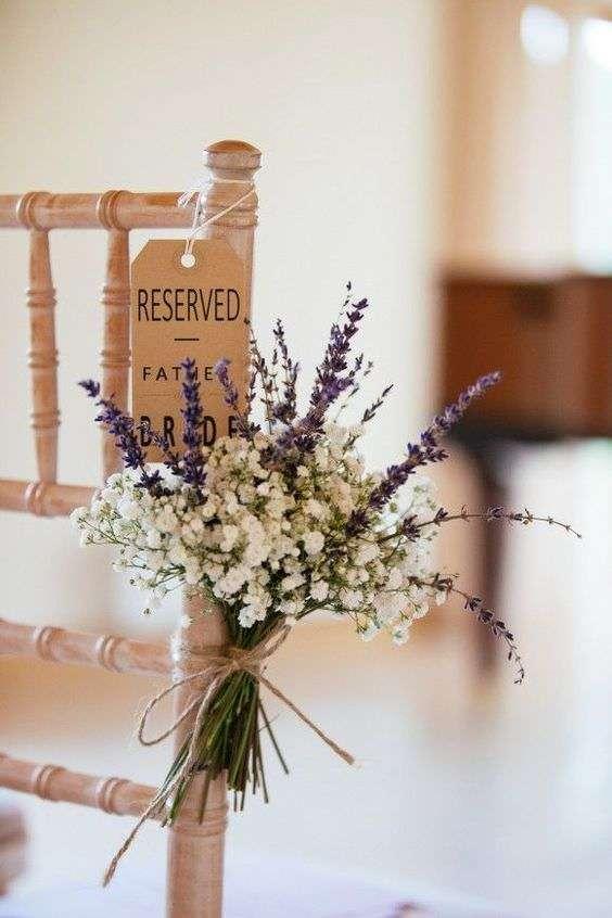 Lavanta ve Cipso Bitkisiyle Süslenmiş Sandalye