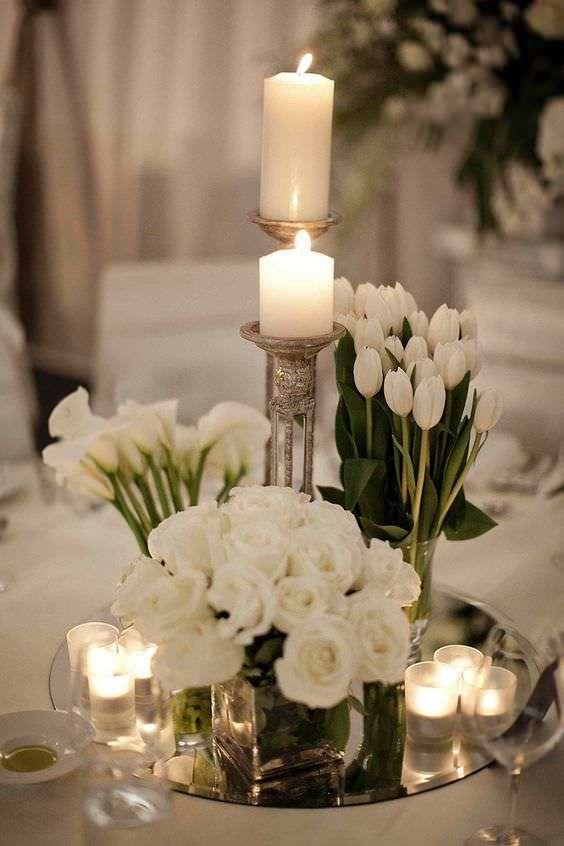 Beyaz Lale, Zambak ve Güllerle Süslenmiş Masa