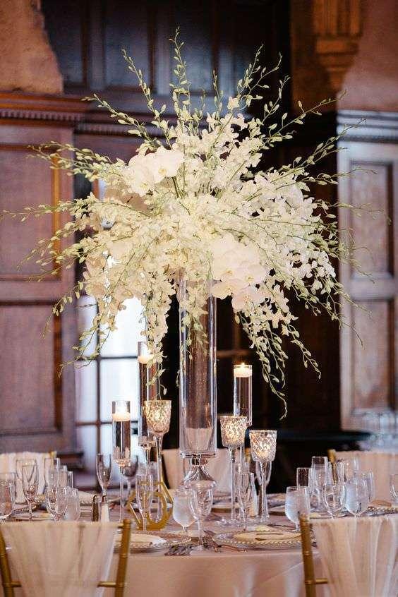 Yüksek Vazoda Orkide Ağırlıklı Romantik Masa Düzenlemesi