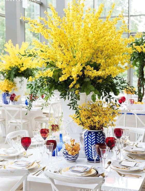 Yüksek Sarı Bitkiler ve Mavi Vazolara Ağırlık Verilmiş Dekorasyon