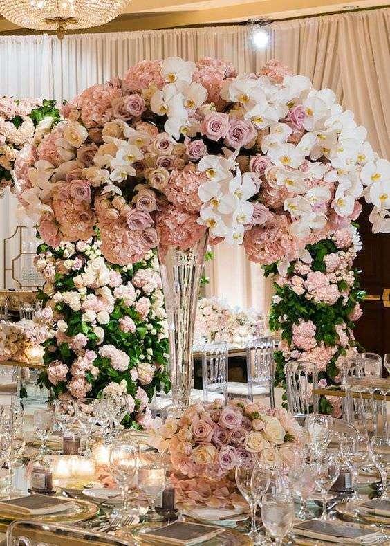 Pudra Rengi Gül ve Ortancalar ile Beyaz Orkideler Aranjmanlı Yüksek Çiçek Düzenlemesi