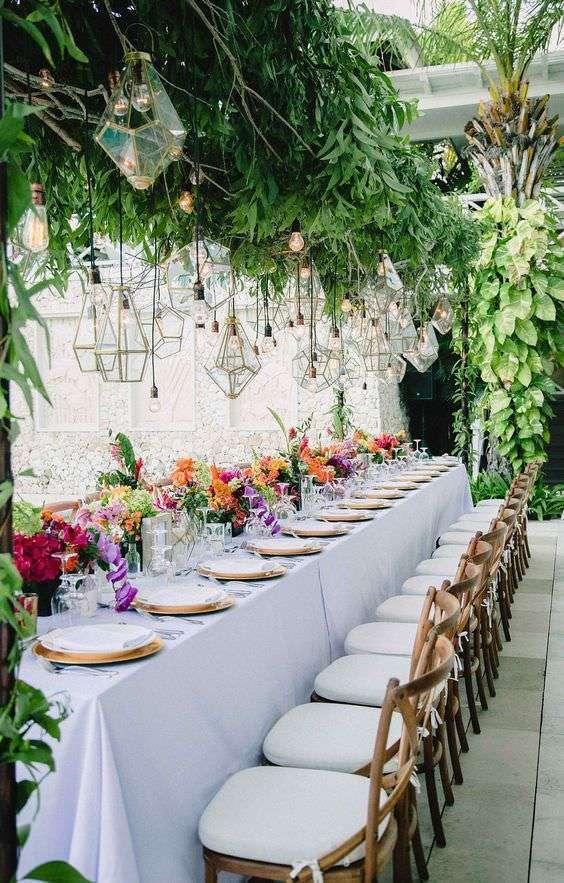 Yapraklar ve Renkli Çiçeklerle Süslenmiş Masa