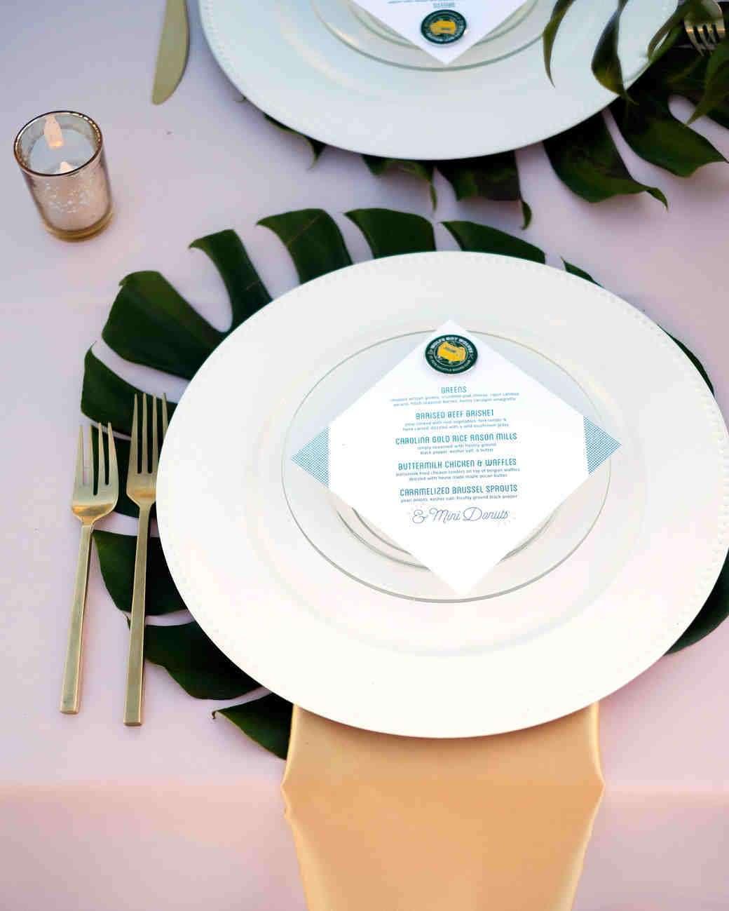 Palmiye Yaprağı Kullanılmış Pastel Tonlarda Masa Düzenlemesi