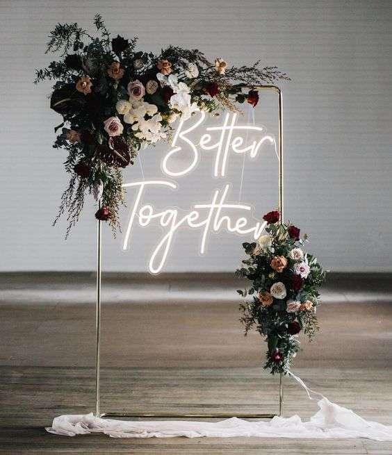 Neon Işık ve Çiçeklerle Süslenmiş Fotoğraf Köşesi