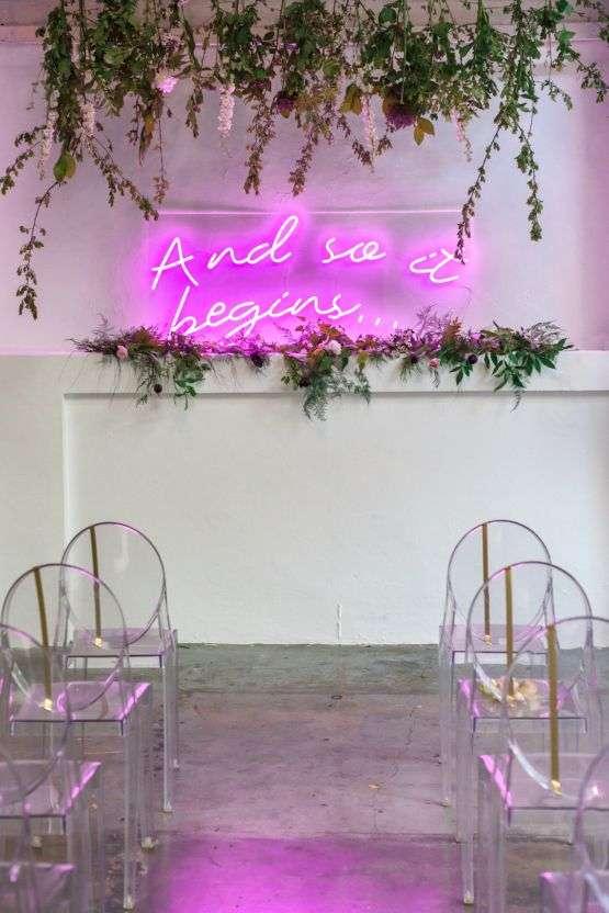 Pembe Neon Işıkla Süslenmiş Nikah Alanı