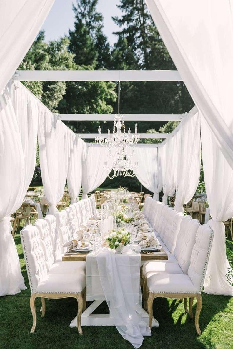 Beyaz Perdeler ve Oturma Grubunun Kullanıldığı Dekorasyon